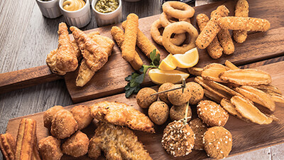 Planche a partager finger food sticks de fromage churros de pomme de terre onion rings chicken kicks acras bouchee camembert crousty chicken fish and chips