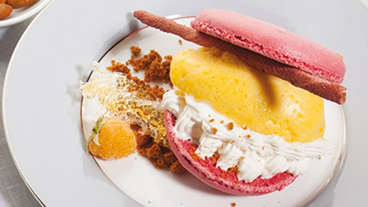 Macaron a la framboise, sorbet mandarine, chantilly au champagne rose - 803 - PassionFroid - Grossiste alimentaire